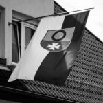 Hoschder Nationalfahne: Feminismus-Wappen auf zweifarbigem Grund